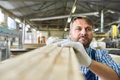 Hombre maduro que trabaja en carpintería Warehouse imagenes de archivo