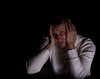 Hombre maduro solo que muestra la depresión con el fondo oscuro Fotos de archivo