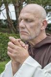 Hombre maduro vestido como monje tradicional Foto de archivo libre de regalías
