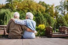 Hombre maduro y mujer que disfrutan de la opinión de la naturaleza Imagen de archivo libre de regalías