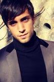Hombre marrón hermoso con una franja Imagenes de archivo