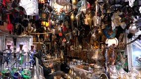 Hombre marroquí del Berber que trabaja en tienda de la iluminación almacen de video