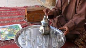 Hombre marroquí que hace té en casa almacen de video