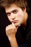 Hombre masculino hermoso con la mano en la barbilla Foto de archivo