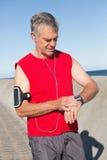 Hombre mayor activo que activa en el embarcadero Fotografía de archivo libre de regalías