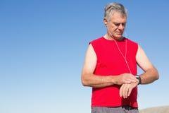 Hombre mayor activo que activa en el embarcadero Fotografía de archivo