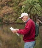 Hombre mayor activo que va de excursión por el río Imágenes de archivo libres de regalías
