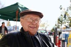 Hombre mayor al aire libre fotos de archivo