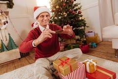 Hombre mayor alegre que prepara presentes Imágenes de archivo libres de regalías