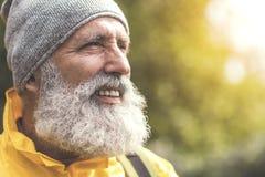 Hombre mayor alegre que ve paisaje natural hermoso imagen de archivo