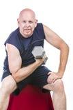Hombre mayor apto que hace el entrenamiento del peso Imagen de archivo