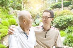 Hombre mayor asiático fotos de archivo