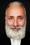 Hombre mayor barbudo sonriente en desgaste formal Imagenes de archivo