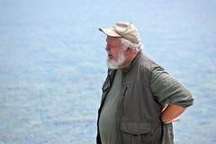 Hombre mayor con agua en fondo Imagen de archivo