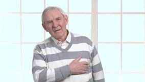 Hombre mayor con corazón-ataque metrajes