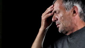 Hombre mayor con dolor de cabeza