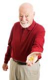 Hombre mayor con el aceite de pescado de Omega 3 Foto de archivo libre de regalías