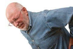 Hombre mayor con el daño detrás en blanco foto de archivo