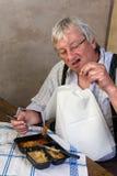 Hombre mayor con el diente quebrado Imagenes de archivo