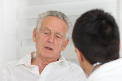 Hombre mayor con el doctor imagenes de archivo