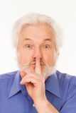 Hombre mayor con el finger en los labios Fotos de archivo