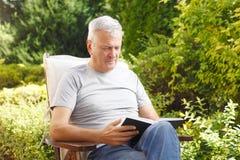 Hombre mayor con el libro Foto de archivo