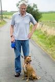 Hombre mayor con el perro Foto de archivo