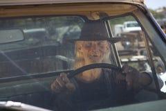 Hombre mayor con el sombrero de vaquero que conduce la recolección Fotos de archivo libres de regalías