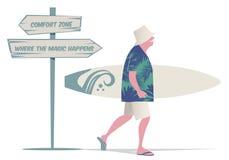 Hombre mayor con el sombrero, la camisa tropical y los pantalones cortos de Bermudas, caminando con una tabla hawaiana Foto de archivo