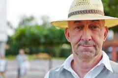 Hombre mayor con el sombrero que parece neutral Fotos de archivo