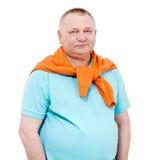 Hombre mayor con el suéter anaranjado sobre blanco Foto de archivo