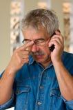 Hombre mayor con el teléfono fotos de archivo