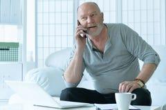 hombre mayor con el teléfono Foto de archivo libre de regalías