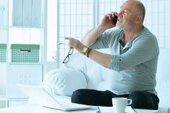 hombre mayor con el teléfono Fotos de archivo libres de regalías