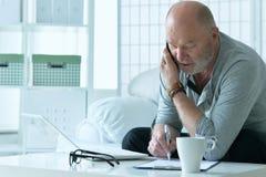 hombre mayor con el teléfono Foto de archivo