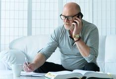 hombre mayor con el teléfono Imagen de archivo