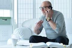 hombre mayor con el teléfono Fotografía de archivo libre de regalías