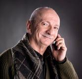 Hombre mayor con el teléfono celular Fotografía de archivo