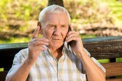 Hombre mayor con el teléfono móvil Foto de archivo