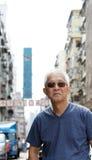 Hombre mayor con escena urbana de la arquitectura de Hong-Kong foto de archivo libre de regalías