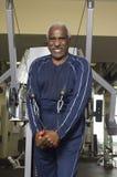 Hombre mayor con la banda del estiramiento del ejercicio Fotografía de archivo