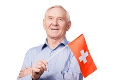 Hombre mayor con la bandera suiza Fotos de archivo libres de regalías