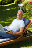 Hombre mayor con la computadora portátil Foto de archivo