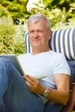 Hombre mayor con la computadora portátil Imágenes de archivo libres de regalías
