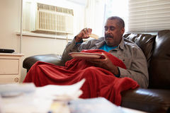 Hombre mayor con la dieta de los pobres que guarda la manta inferior caliente Fotos de archivo libres de regalías