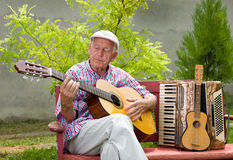 Hombre mayor con la guitarra Foto de archivo libre de regalías
