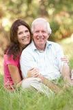 Hombre mayor con la hija adulta en parque Fotografía de archivo
