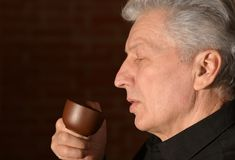 Hombre mayor con la taza de café Fotografía de archivo libre de regalías