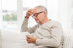 Hombre mayor con la taza de té en casa Foto de archivo libre de regalías