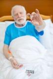 Hombre mayor con las píldoras Imágenes de archivo libres de regalías